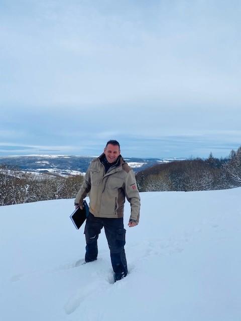 Baubesprechung im Schnee! Unser Schreiner musste erstmal durch den Schnee stapfen, bis wir alles ausmessen konnten. Unsere beiden Hütten-Küchen für unsere Übernachtungsgäste werden aktuell erneuert. Auch für unsere lieben Mitarbeiter gibt es einen schönen Aufenthaltsraum