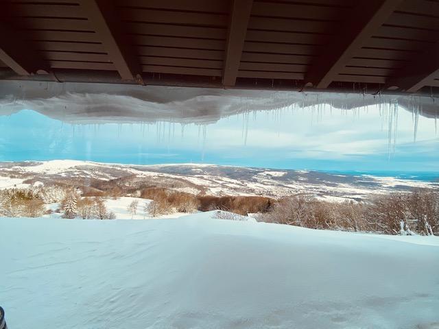 Aktueller Ausblick aus unserer Alm – Schnee, soweit das Auge reicht…